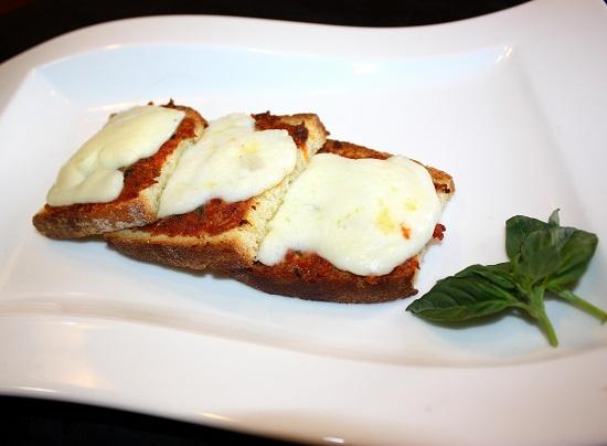 Ricetta Bruschetta Con Pomodori Secchi E Fior Di Latte – Antipasto