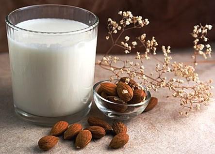 Latte di mandorle per pelle delicata fai da te