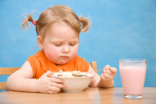 bambina mangia cereali