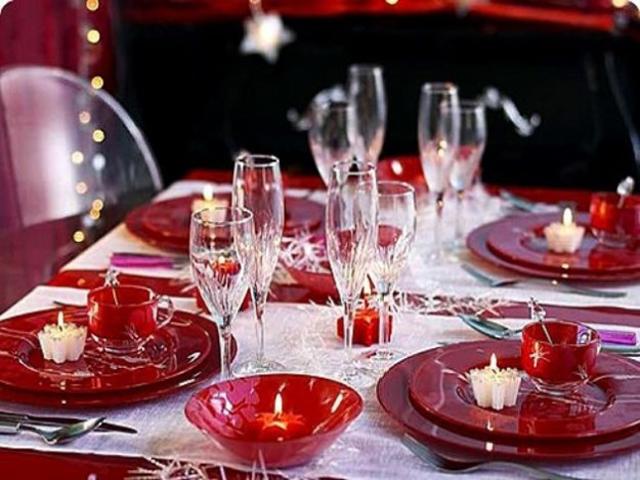 tavola in rosso con candele