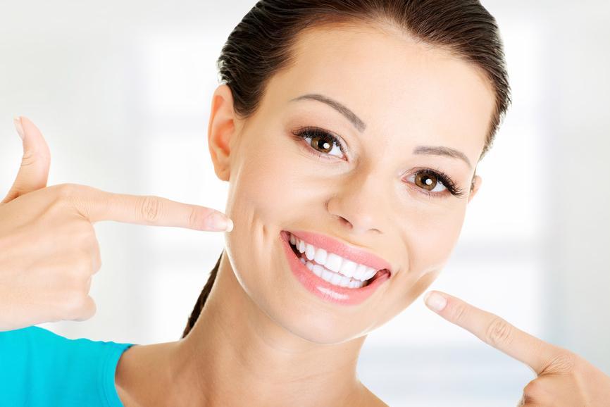 Come sbiancare denti naturalmente con carbone attivo in polvere