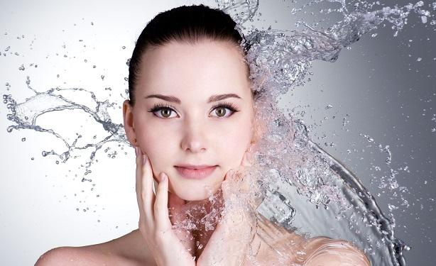 Come detergere il viso pelle grassa con impurità