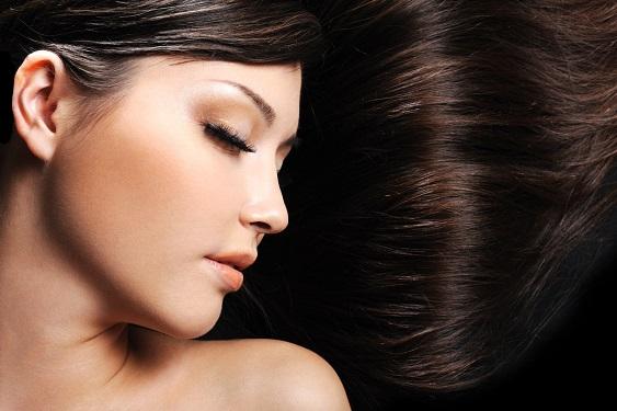 Cosa fare per i capelli sfibrati dall'estate