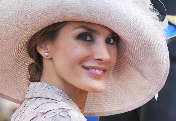 Come indossare un cappello a un matrimonio