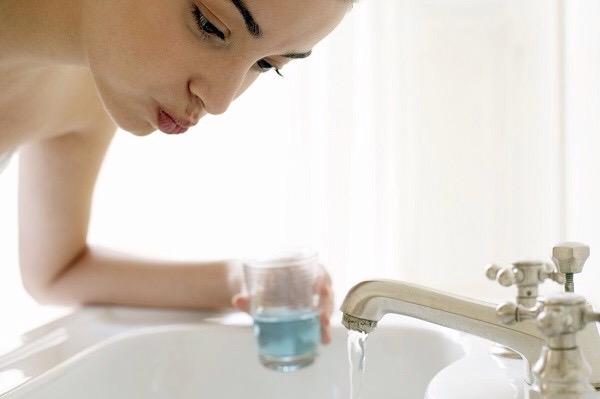 Si può usare l'acqua ossigenata come collutorio?