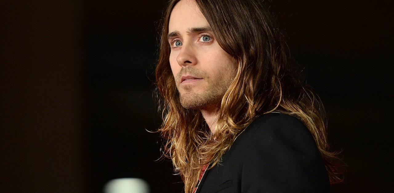 Cinque motivi per uscire con un uomo con i capelli lunghi