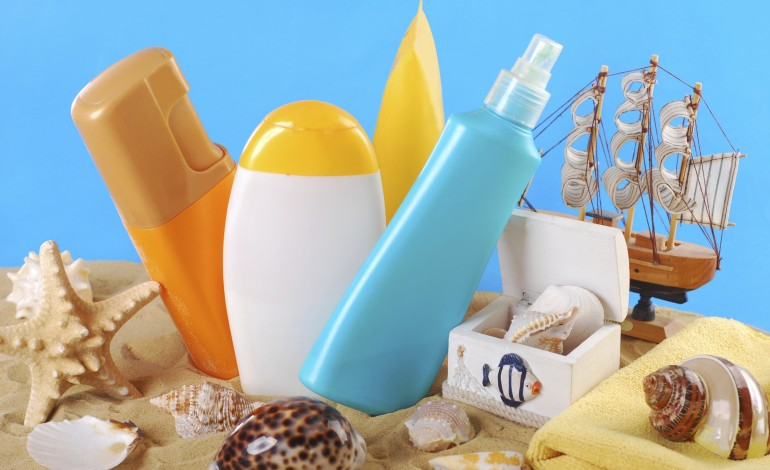 Cinque prodotti del beauty case al mare