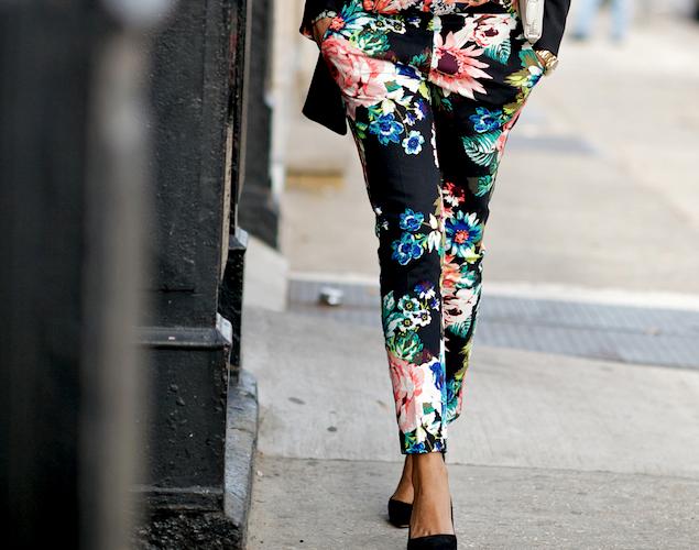 Come portare pantaloni fiorati in primavera