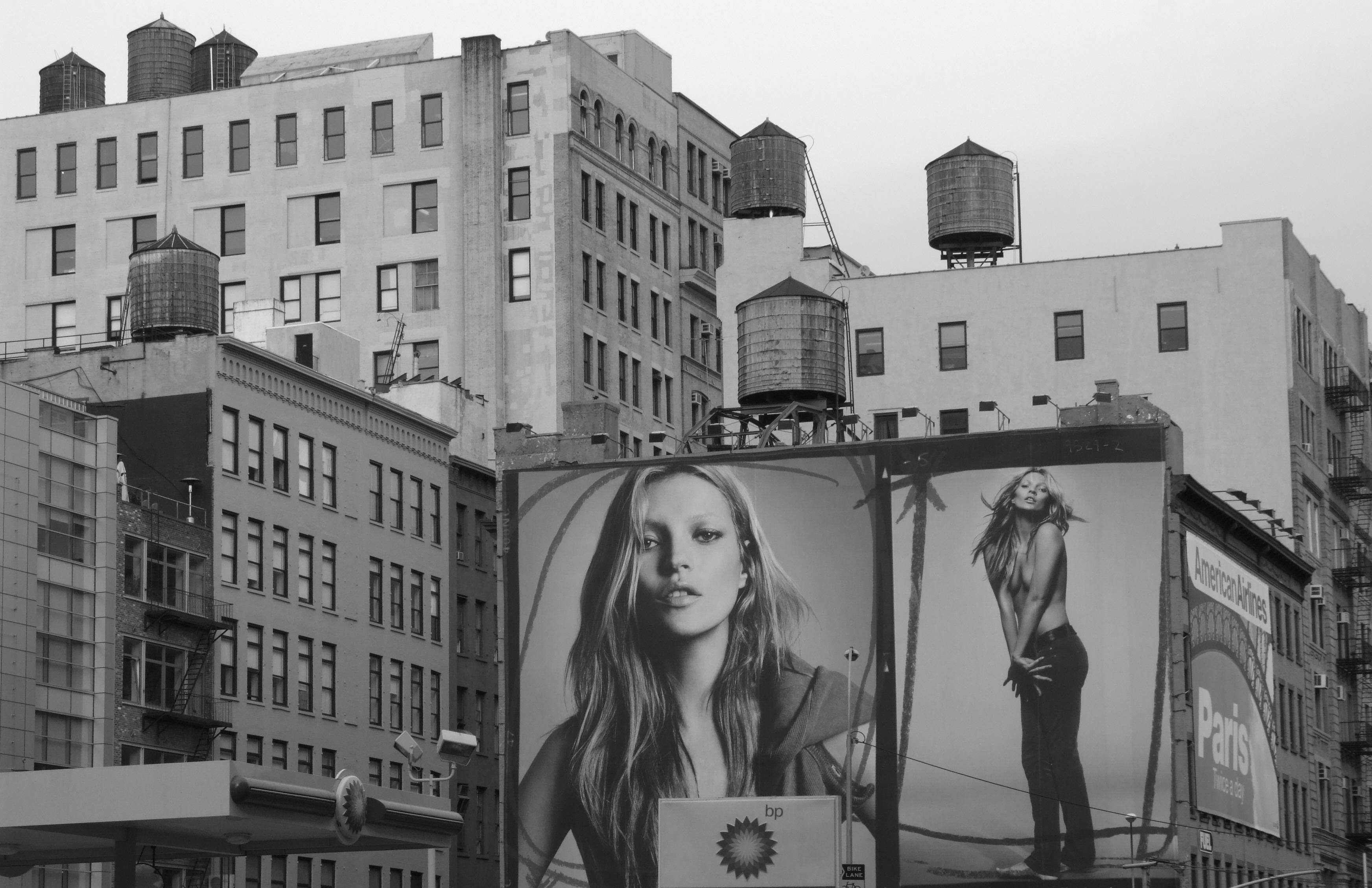 Ck lancia le T-shirt benefiche con le foto degli anni '90 di Kate Moss
