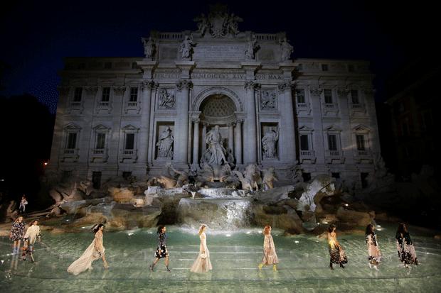 La spettacolare sfilata di Fendi alla Fontana di Trevi a Roma