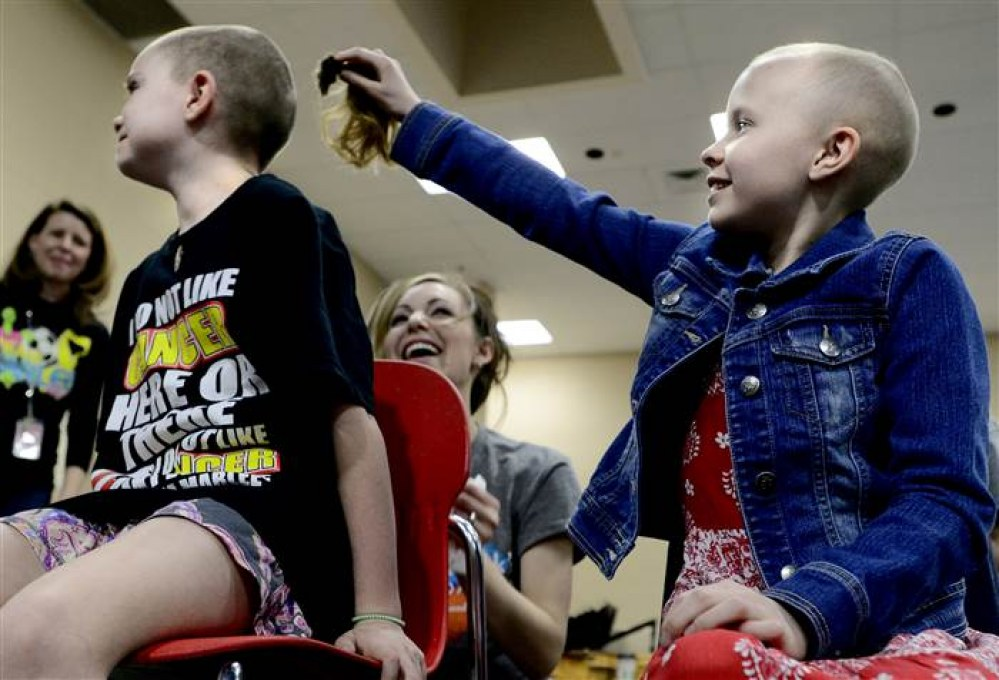un gesto di granade solidarietà per dei bambini del Colorado che si rasano i capelli per strappare un sorriso alla compagna malata di cancro