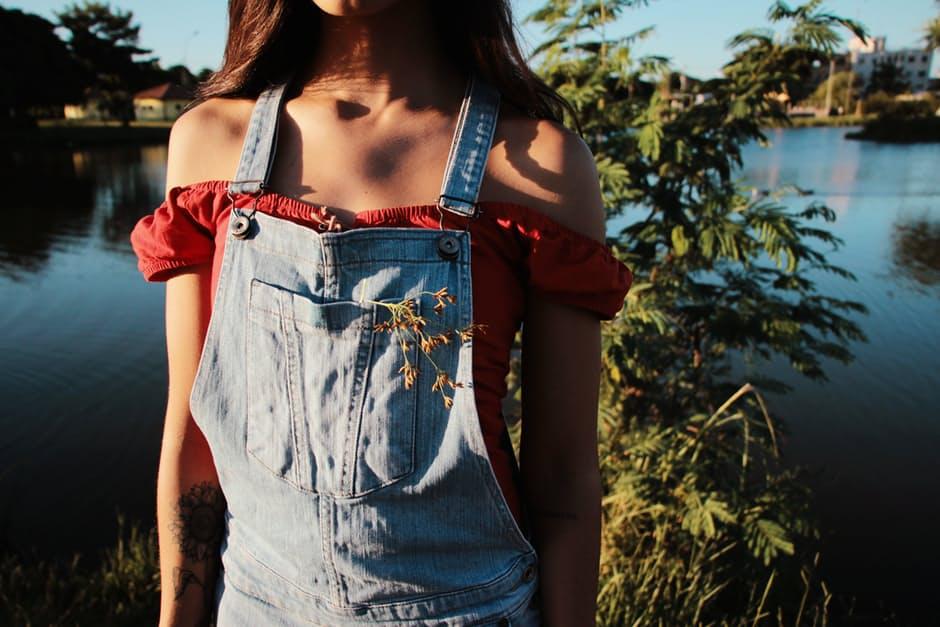 Manuale d'uso per indossare una salopette di jeans