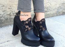 Scarpe nere con tacco largo: come abbinarle