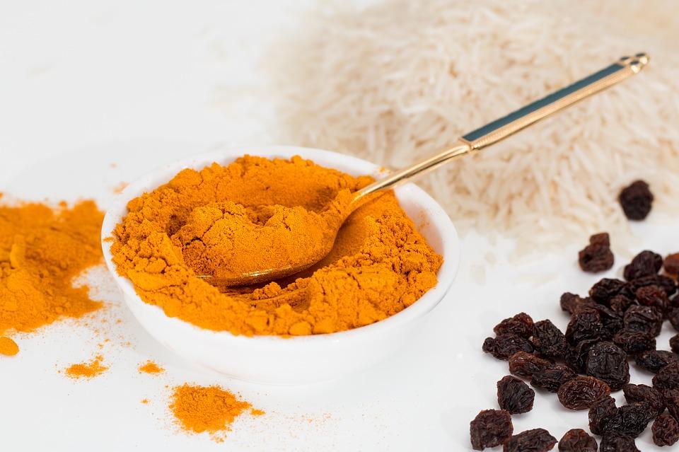spezia giallo arancione chiamata curcuma