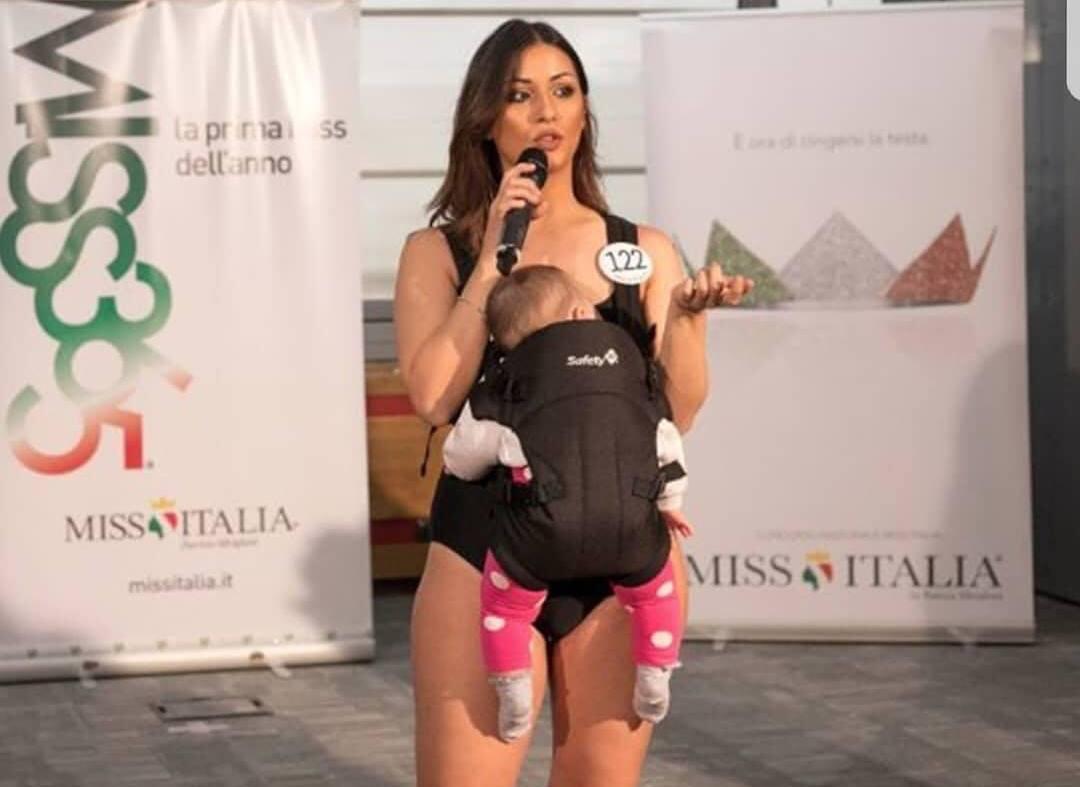 Alle selezioni di Miss Italia con la bimba, è polemica