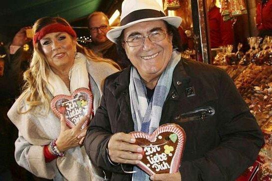 """Al Bano e Romina per mercatini di Natale con due cuori su cui c'è scritto """"Ti Amo"""""""