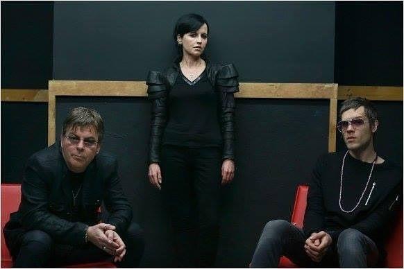 Dolores assieme al suo compagno Olè e al terzo membro dei D.A.R.K.