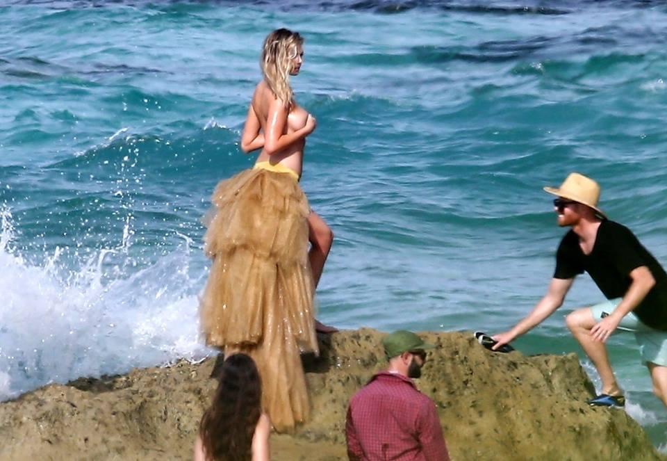 Travolta da un'onda anomala la top model Kate Upton: è salva