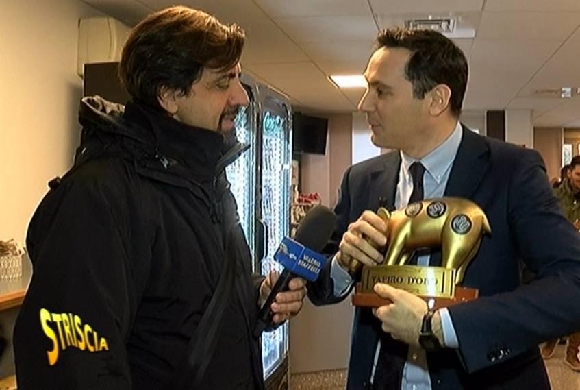 Valerio Staffelli ha appena consegnato il Tapiro a Filippo Vecchi