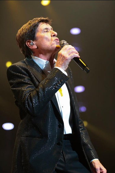 Gianni Morandi mentre canta