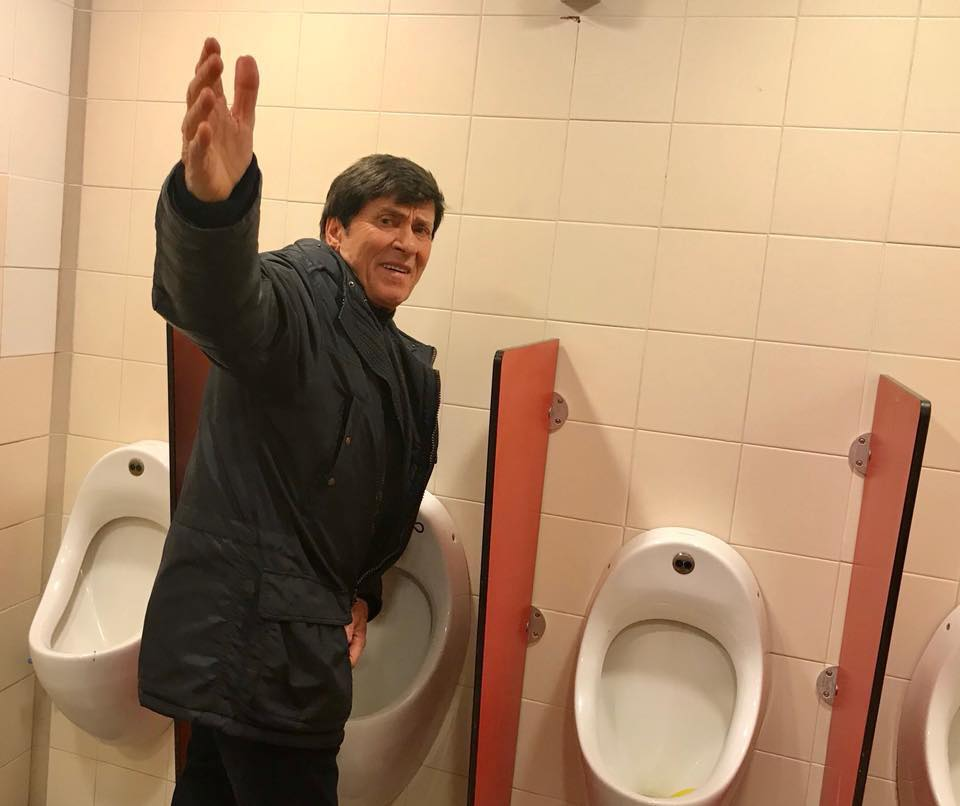 Gianni Morandi, una fan lo fotografa in una toilette