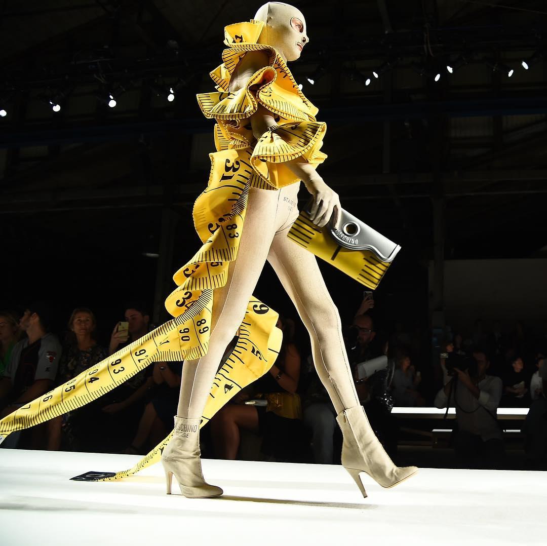 Moschino, la nuova collezione: tra sogno e alta moda   Donne