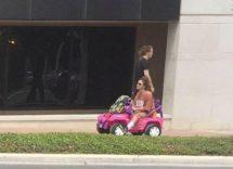 all'università con la jeep di barbie dopo il ritiro della patente