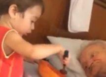 Un bambino imbocca il nonno malato, il video commuove il web