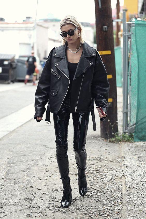 moglie di Justin Biber con giacca in pelle over