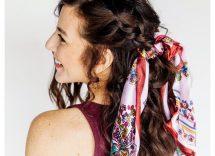 Acconciatura semiraccolto con trecce e foulard