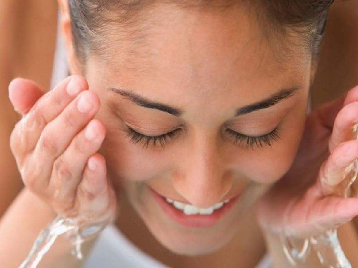 Lavare il viso con acqua calda o fredda