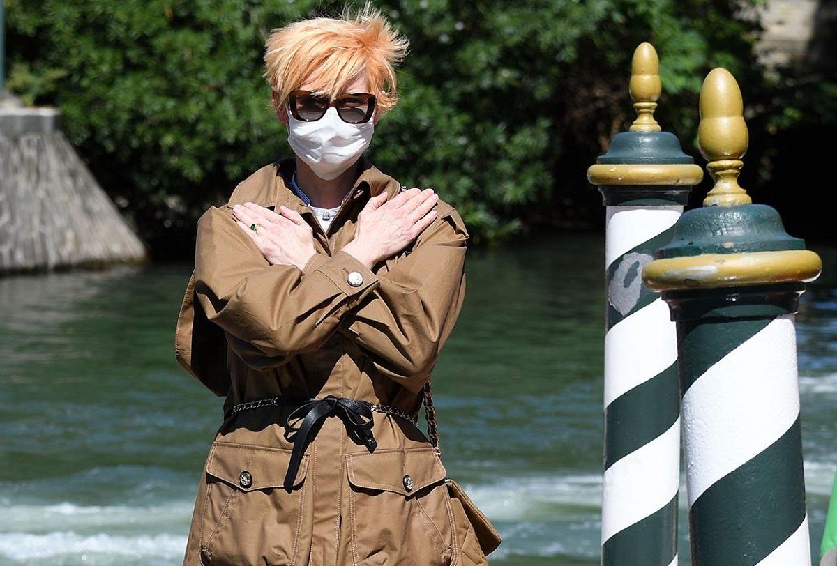 Tilda Swinton: il look Chanel per il Festival di Venezia
