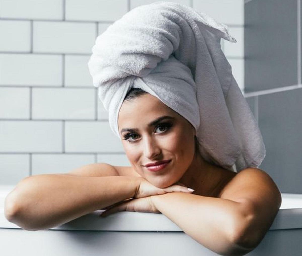 capelli asciugamano dopo shampoo