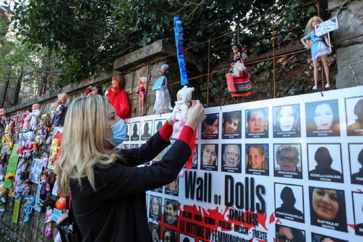 trieste violenza donne muro bambole