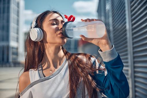 cosa succede se bevi troppa acqua