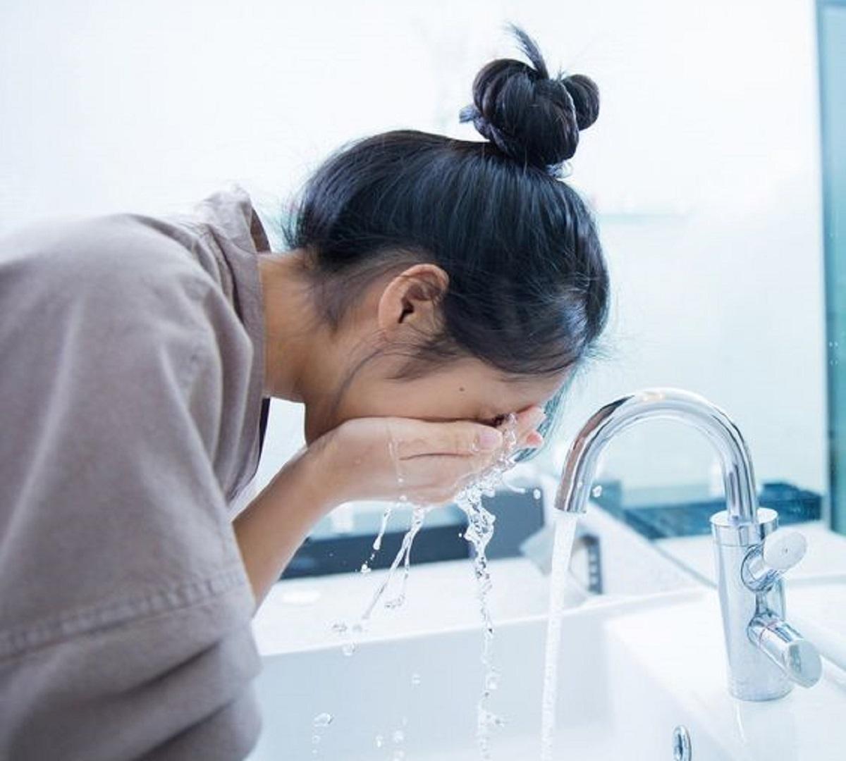 come lavare il viso la mattina