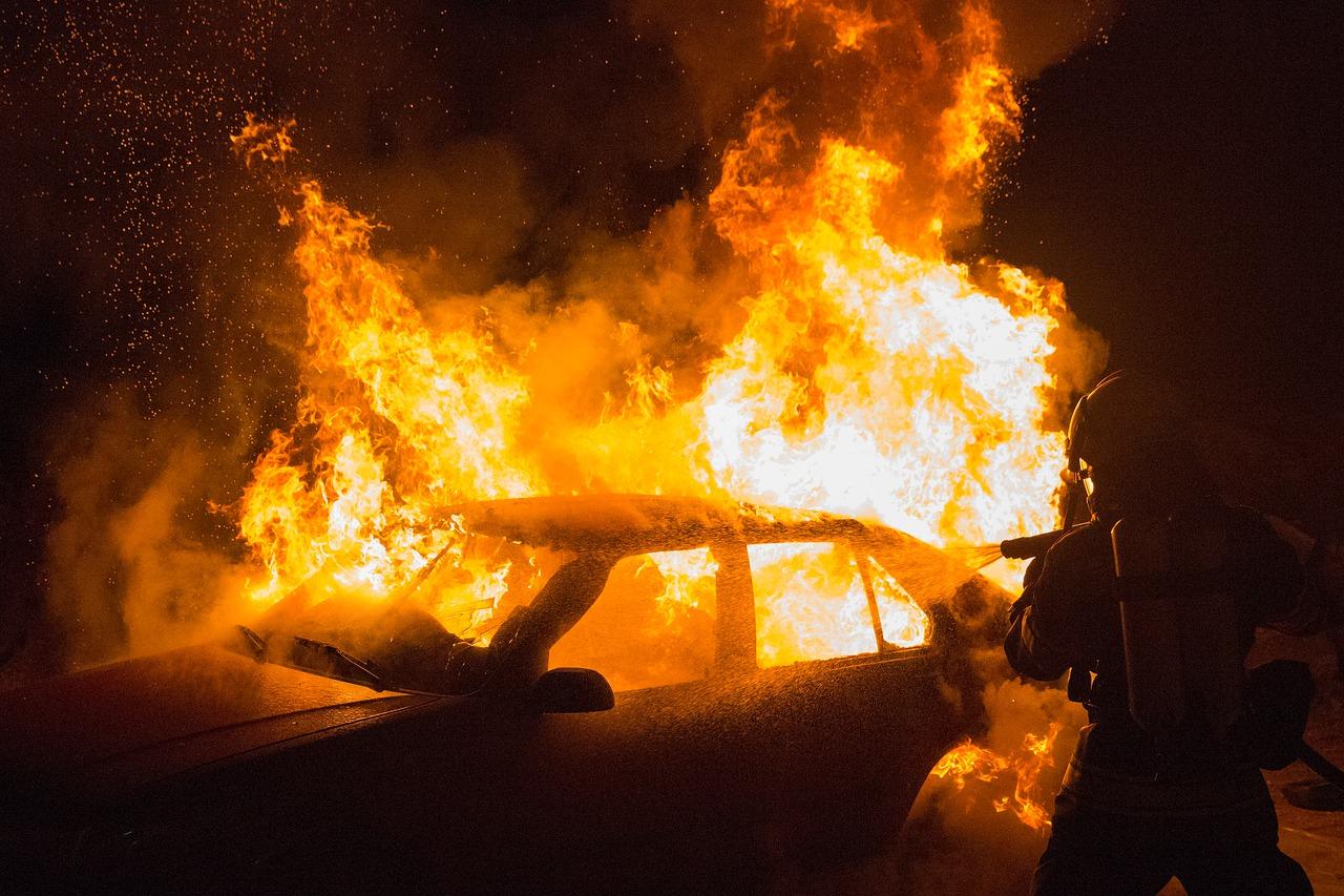 donna incendia auto ex compagno