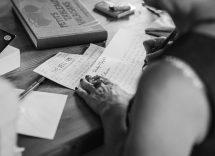 scrive lettera al fidanzato e si nasconde sotto il letto
