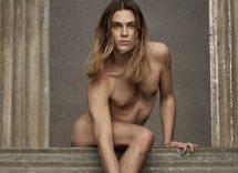 Valentino modello nudo con borsa